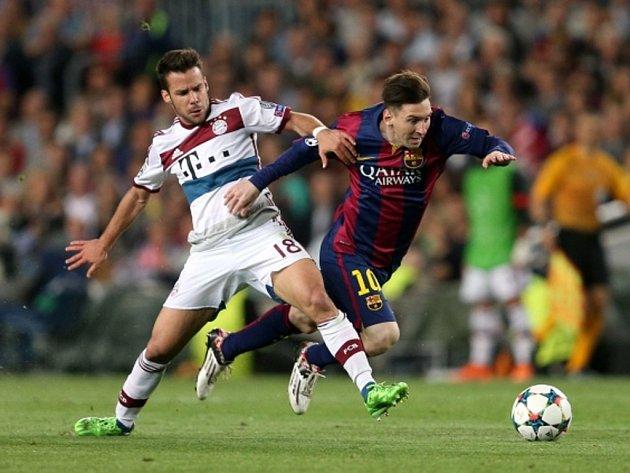 Lionel Messi z Barcelony (vpravo) a Juan Bernat z Bayernu Mnichov.