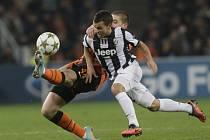 Sebastian Giovinco z Juventusu (vpravo) jde tvrdě za míčem v zápase proti Šachtaru Doněck.