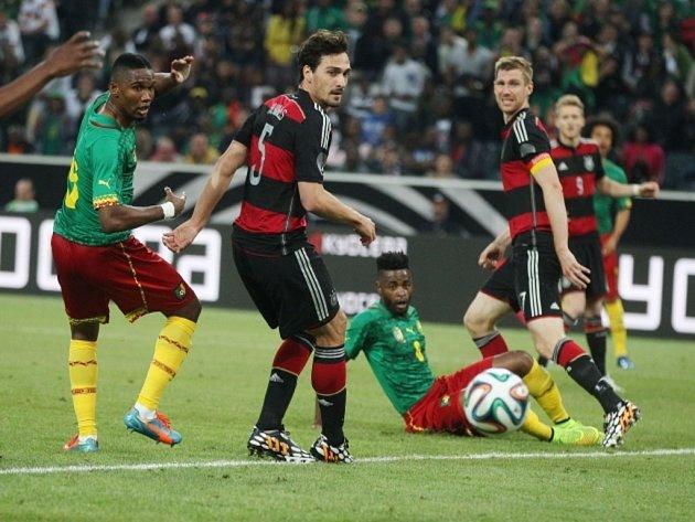 Samuel Eto'o z Kamerunu (vlevo) se prosazuje proti Německu.