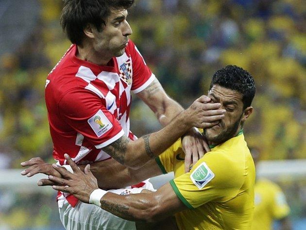 Tvrdý souboj. Vedran Čorluka z Chorvatska (vlevo) a Hulk z Brazílie.