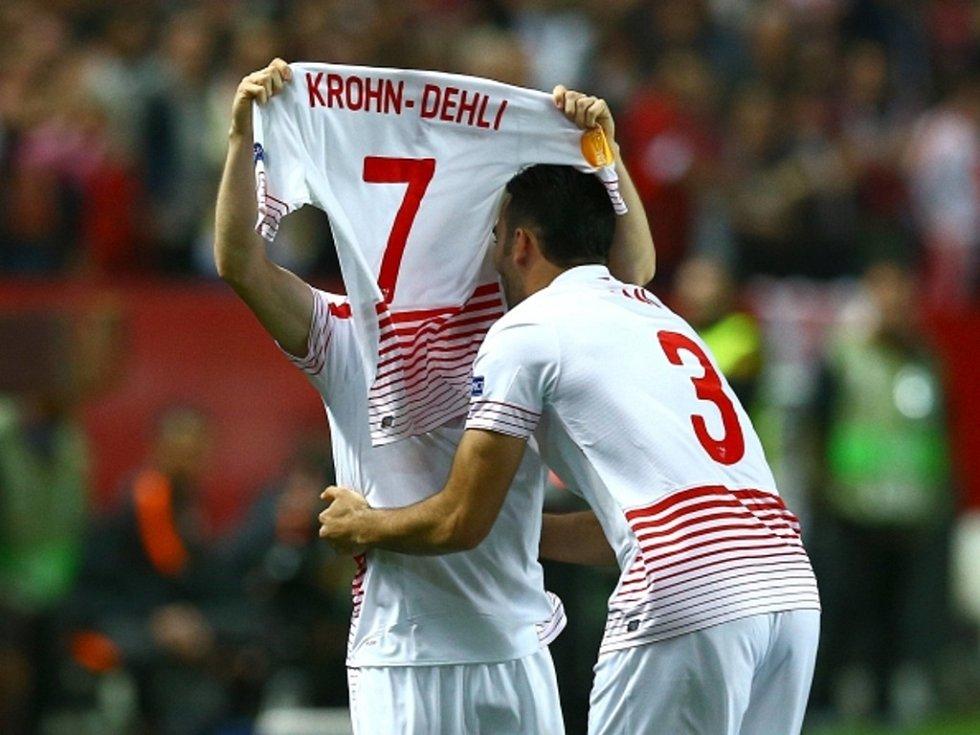 Kevin Gameiro ze Sevilly (vlevo) slaví gól proti Šachtaru.