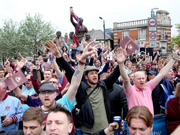 Fanoušci West Hamu před zápasem s Manchesterem United.