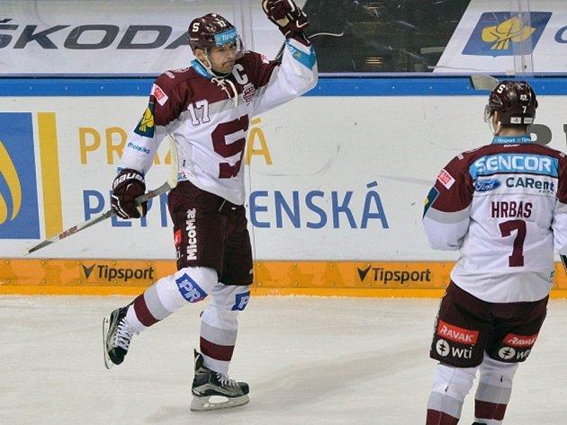 Jaroslav Hlinka ze Sparty (vlevo) se raduje z gólu proti Zlínu.