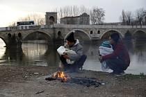 Migranti s dětmi na turecko-řecké hranici 4. března 2020, v pozadí řeka Edirne