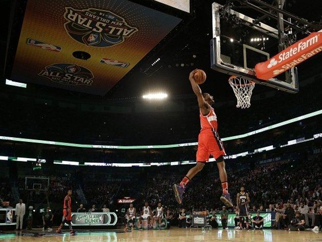 John Wall z Washingtonu smečuje během exhibice NBA.