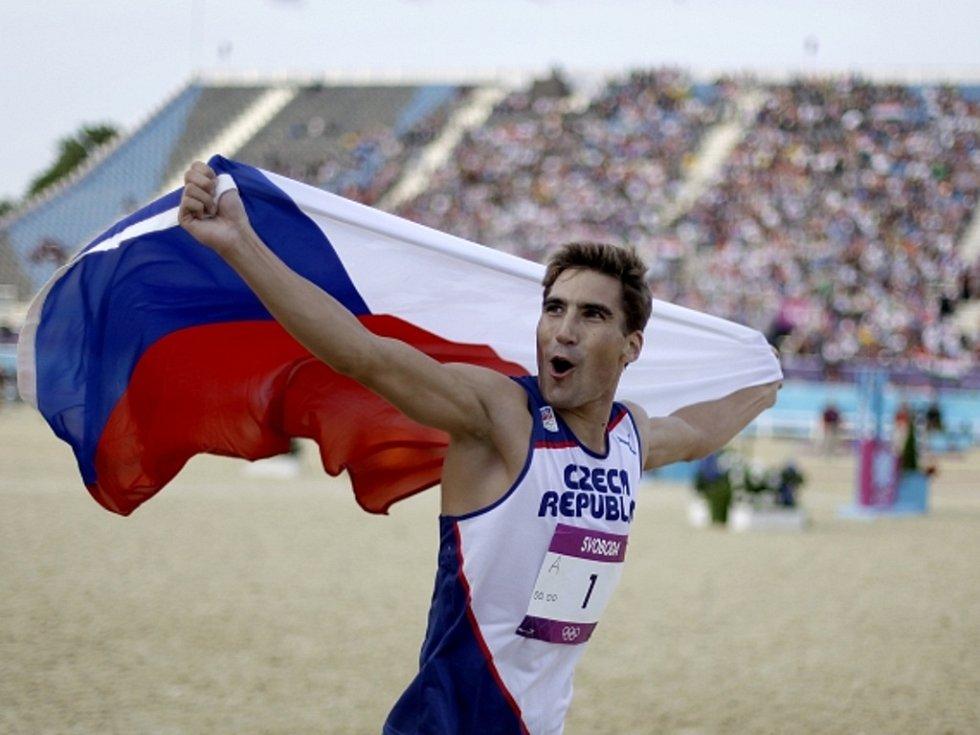 Moderní pětibojař David Svoboda slaví vítězství na olympijských hrách v Londýně.