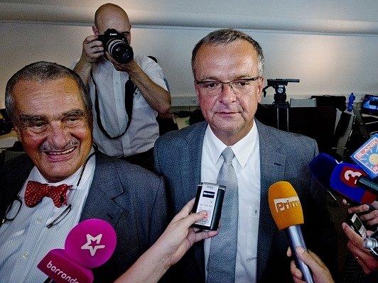 Předseda TOP 09 Karel Schwarzenberg (vlevo) a první místopředseda strany Miroslav Kalousek (uprostřed).