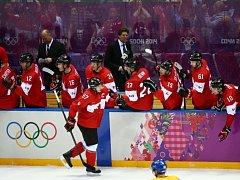 Sidney Crosby se raduje se spoluhráči z gólu proti Švédsku ve finále olympijských her v Soči.