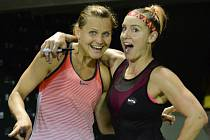 Lucie Šafářová (vlevo) a Bethanie Matteková-Sandsová si v Miami zahrají finále.