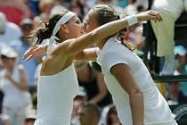 Lucie Šafářová (vlevo) gratuluje Petře Kvitové k postupu do finále Wimbledonu.