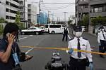 Policií uzavřené místo incidentu v japonském městě Kawasaki, kde muž napadl nožem skupinu školáků