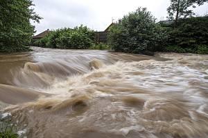 Rozvodněná řeka. Ilustrační foto