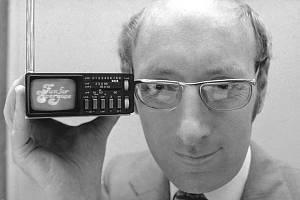 Britský vynálezce Clive Sinclair, který stál u zrodu kapesní kalkulačky a přispěl k rozšíření osobních počítačů, zemřel ve věku 81 let