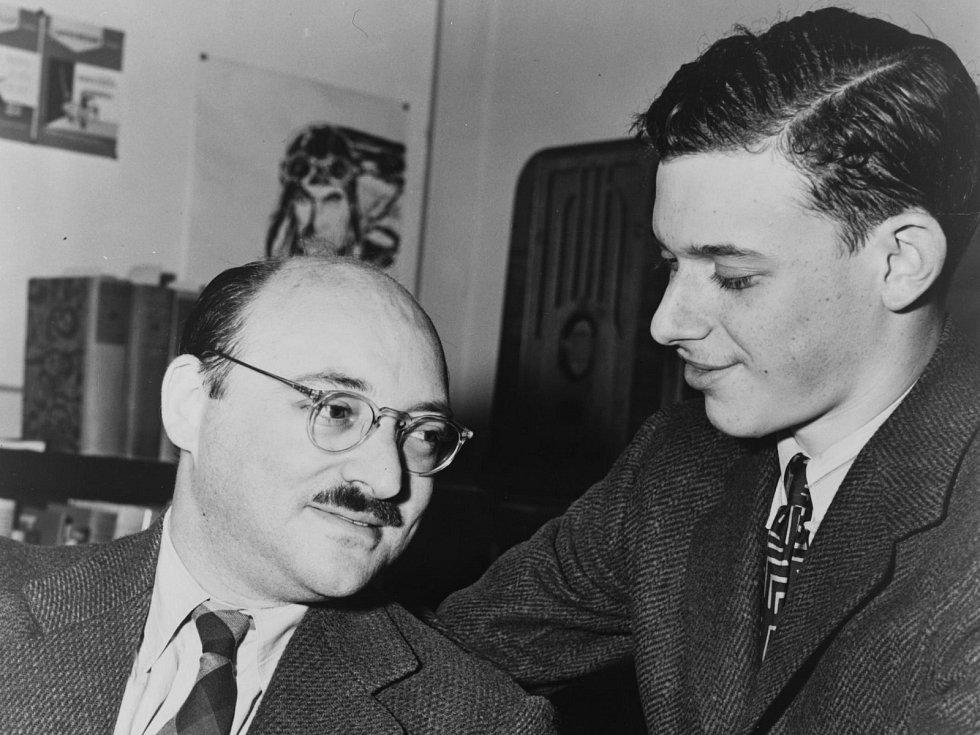 Frederic Dannay (vlevo) a James Yaffe v roce 1943