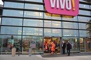 V Polsku napadl muž nožem v obchodním centru návštěvníky.