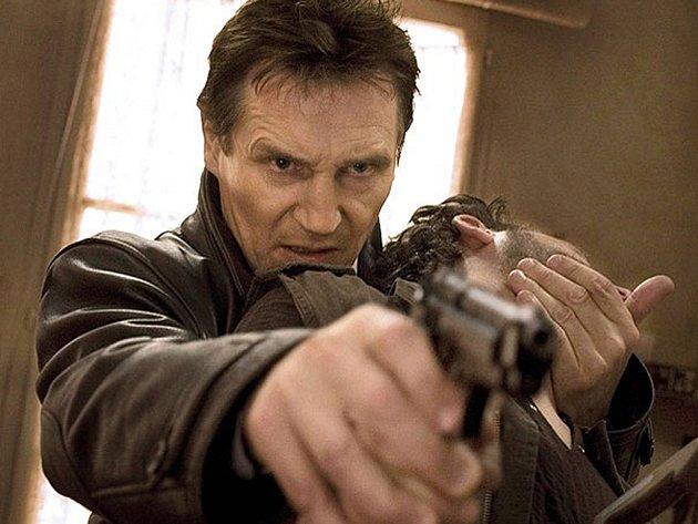 ZABIJU TĚ. Liam Neeson hrozí jednomu z Albánců, který unesl jeho dítě.