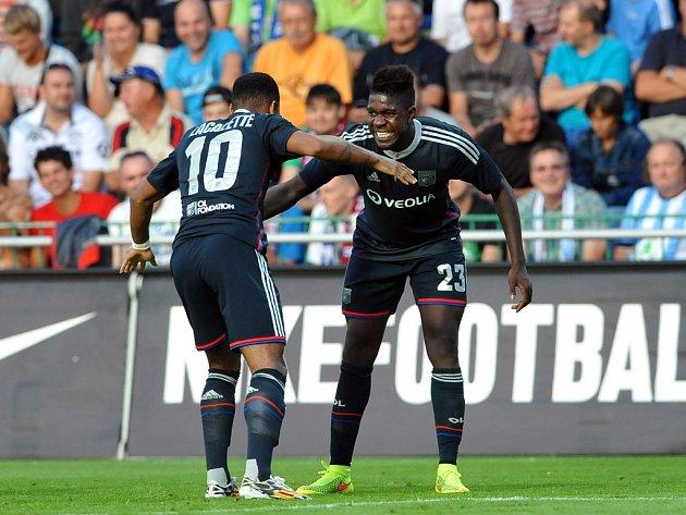 Fotbalisté Lyonu se radují z gólu proti Mladé Boleslavi.