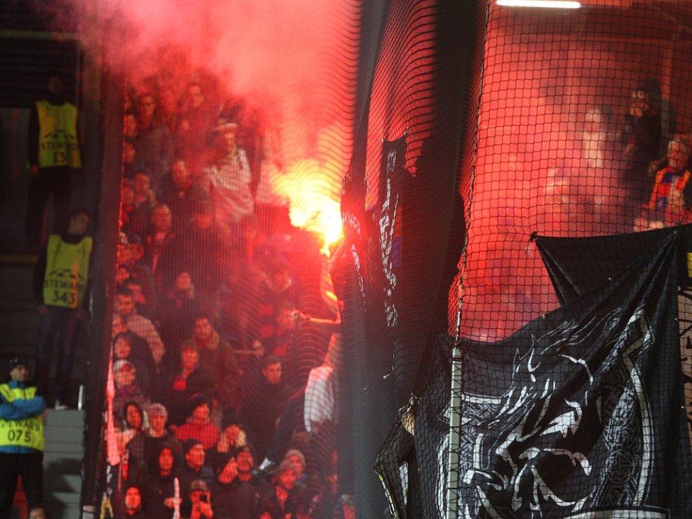 V Zápase Plzně s CSKA Moskva fanoušci zapálili pyrotechniku.