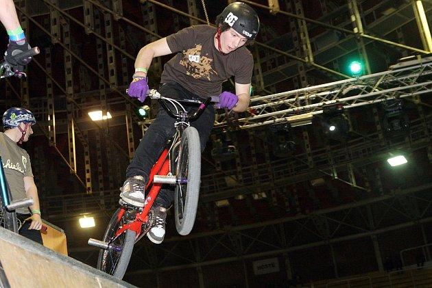 Přehlídka akrobacie na motorkách, kolech, skateboardech i kolečkových bruslích ovládla v sobotu brněnskou halu Rondo.