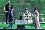 Pierre Gasly na stupni vítězů. Pro Francii to byla první výhra v nejprestižnějším automobilovém seriálu po 24 letech.