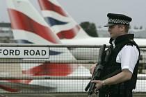 Policista hlídkuje u terminálu na letišti Heatrow.