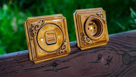 Porcelánový vypínač Mulier Jindřich v medové glazuře s přidaným ornamentem na přání
