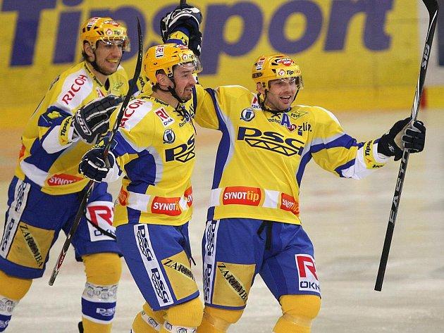 Hokejisté Zlína Petr Čajánek (uprostřed) a Petr Leška (vpravo) se radují z gólu.