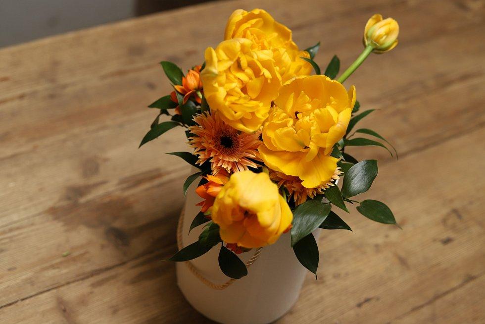 Takto zaplňte celou plochu nádoby. Je jen na vás, zda budou květy těsně vedle sebe, nebo zvolíte vzdušný organický styl
