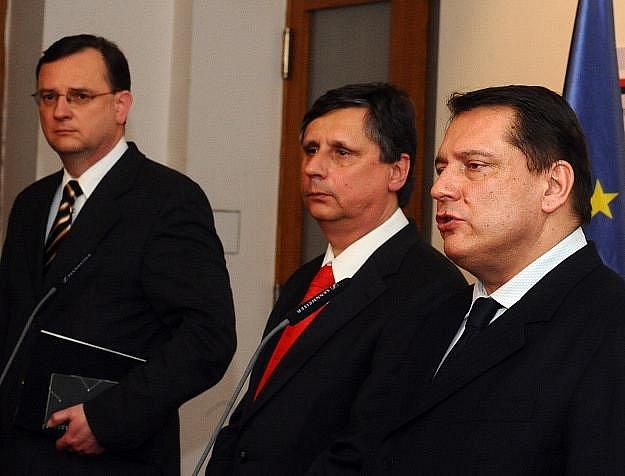 Zleva místopředseda ODS Petr Nečas, premiér Jan Fischer a předseda ČSSD Jiří Paroubek na tiskové konferenci po jednání k aktuální politické situaci 1. dubna v Praze.
