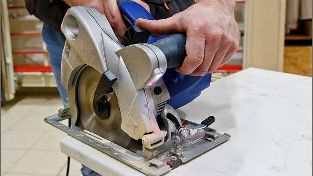 Kotoučová pila s laserem vhodná pro přímé řezy deskového materiálu ... 2cf6effce57