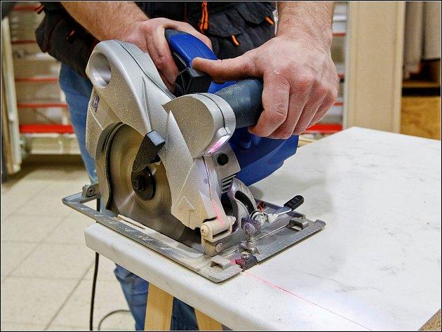 Kotoučová pila s laserem vhodná pro přímé řezy deskového materiálu