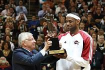 LeBron James (vpravo) před utkáním převzal z rukou komisionáře NBA Davida Sterna cenu pro nejužitečnějšího hráče soutěže.