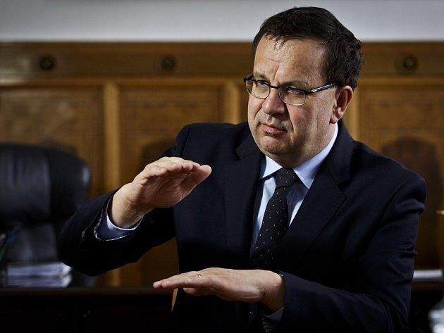 Ministr průmyslu a obchodu Jan Mládek patří k nejvzdělanějším a nejzkušenějším členům Sobotkova týmu. Proto ho předseda sociální demokracie vždy podržel, i když si občas pouští pusu na špacír.
