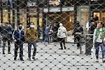 Lidé s rouškami na nákupní třídě v německém Essenu