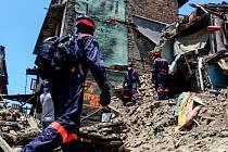 Tři živé lidi našli záchranáři osm dní po ničivém zemětřesení severovýchodně od Káthmándú.