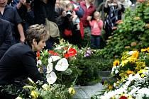 Olga Blechová klade květinu na hrob manžela Waldemara Matušky na pražském Vyšehradě.