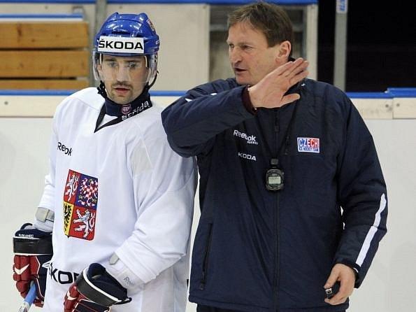 Tomáš Plekanec v diskusi s trenérem Aloisem Hadamczikem.