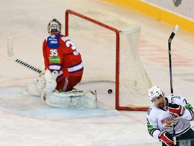 Utkání Kontinentální hokejové ligy Lev Praha - Magnitogorsk 7. října v Praze. Danis Zaripov z Magnitogorsku střílí gól v trestném střílení do branky Petriho Vehanena.