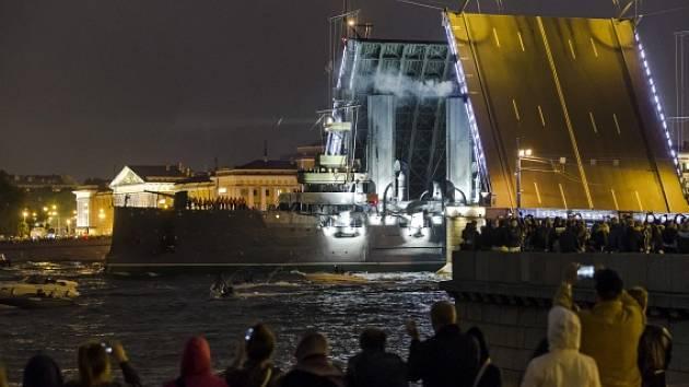 Historický křižník Aurora se po bezmála dvou letech oprav vrátil do Petrohradu.