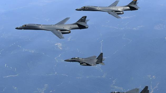 Americké bombardéry B-1B (nahoře).