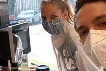 Karolína Plíšková s manželem Michalem Hrdličkou podarovali hasiče kávou.