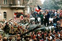 Praha - srpen 68 - Vinohradská třída - Srpnové události 1968 - Vinohradská třída před budovou Čs. Rozhlasu v Praze