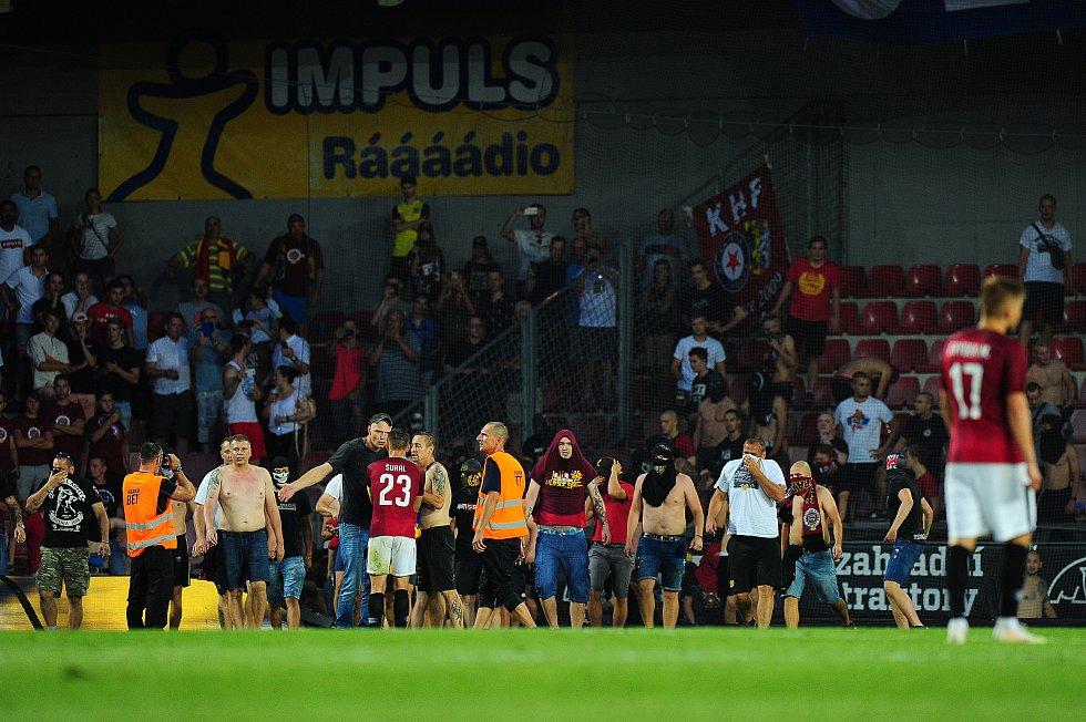 Fotbalové utkání 2. předkola Evropské ligy UEFA mezi celky AC Sparta Praha a FK Spartak Subotica 2. srpna v Praze. Fanoušci Sparty vtrhli na hřiště.