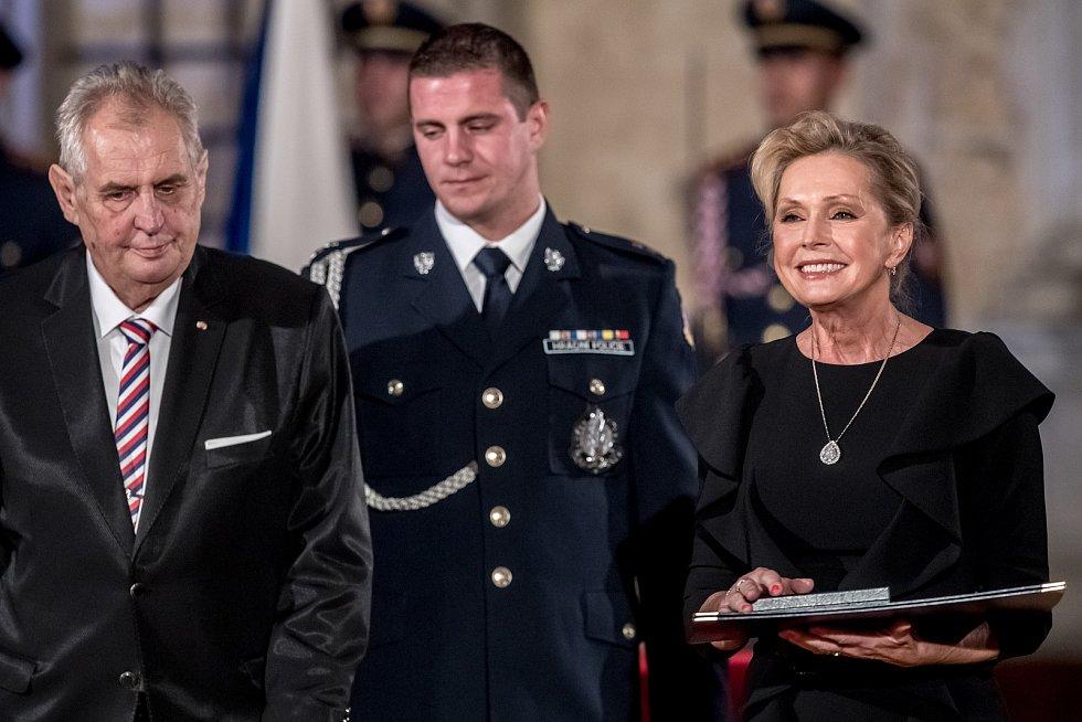 Prezident Miloš Zeman na státní svátek 28. října předával státní vyznamenání ve Vladislavském sále Pražského hradu. Vondráčková