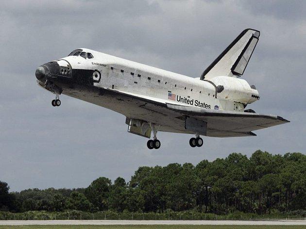 Raketoplán Endeavour úspěšně přistál v Kennedyho vesmírném centru na Floridě.