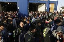 Do aténského přístavu Pireus dorazilo více než 1350 dalších migrantů z ostrovů v Egejském moři.
