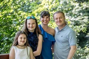 Pavel Šporcl a Barbora Kodetová se svými dcerami při focení pro rozhovoru pro Deník 9. června v Říčanech.