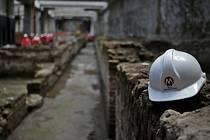 Devět metrů pod zemí archeologové objevili 900 metrů čtverečních rozsáhlé naleziště, které zahrnuje dlouhou chodbu a 39 pokojů, které zdobí černobílé mozaiky na podlaze a fresky na zdech.