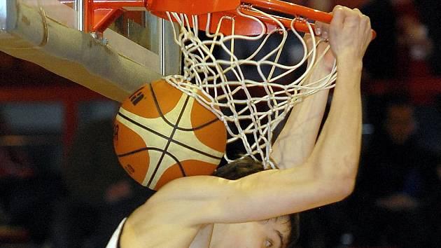 Nadějný basketbalista Tomáš Satoranský smečuje.