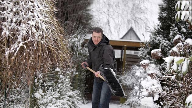 Odklízení sněhu na zahradě neodkládejte
